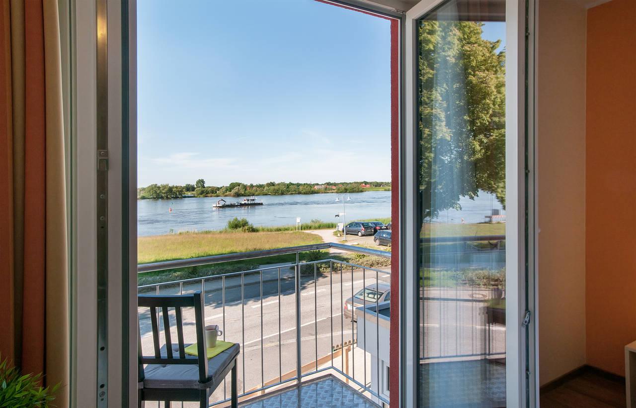 Hotelzimmer Mit Badewanne Hamburg : doppelzimmer mit direktem elbblick manche mit kleinem balkon oder ...